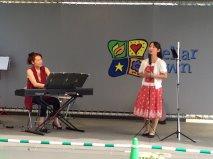 ソプラノの高木先生と伴奏の山上先生。マイクがいらないほどの迫力のある歌声!